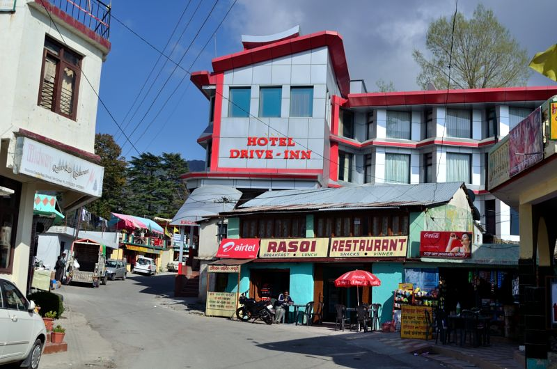 A small market in Dhanaulti.