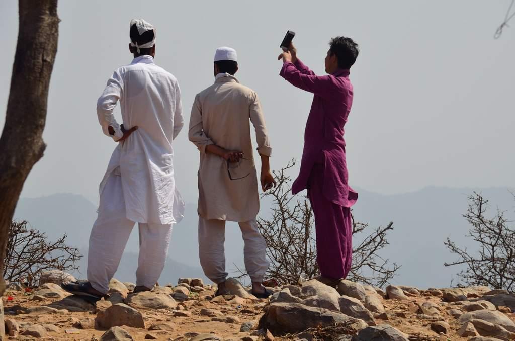 नाहरगढ़ से जयगढ़ दुर्ग जाते समय हमें कुछ युवक घाटी की फोटो खींचते हुए नज़र आये।