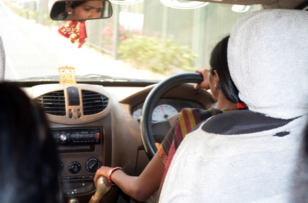 हमारी महिला टैक्सी ड्राइवर - इंदिरापुरम से नई दिल्ली एयरपोर्ट !