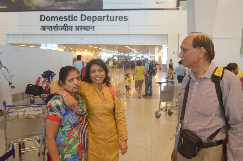 हमारी यात्रा की पहली फोटो नई दिल्ली एयरपोर्ट पर