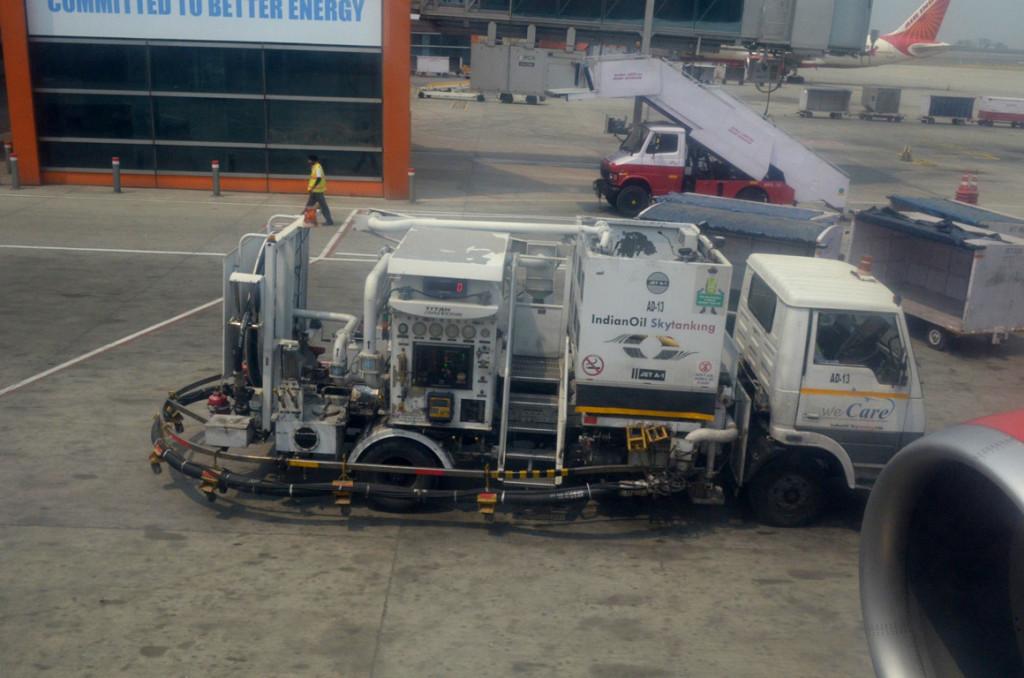 हवाई जहाज में इंधन भरने का जुगाड़ !