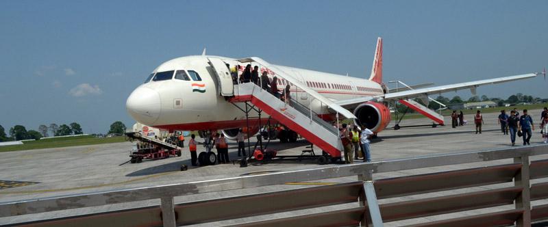 बागडोगरा एयरपोर्ट पर कोई जेट ब्रिज जैसी व्यवस्था नहीं थी।