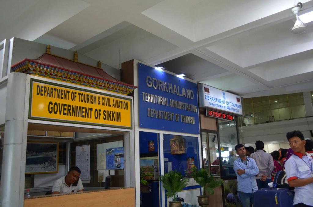 बागडोगरा एयरपोर्ट टर्मिनल पर गोरखालैंड के बोर्ड