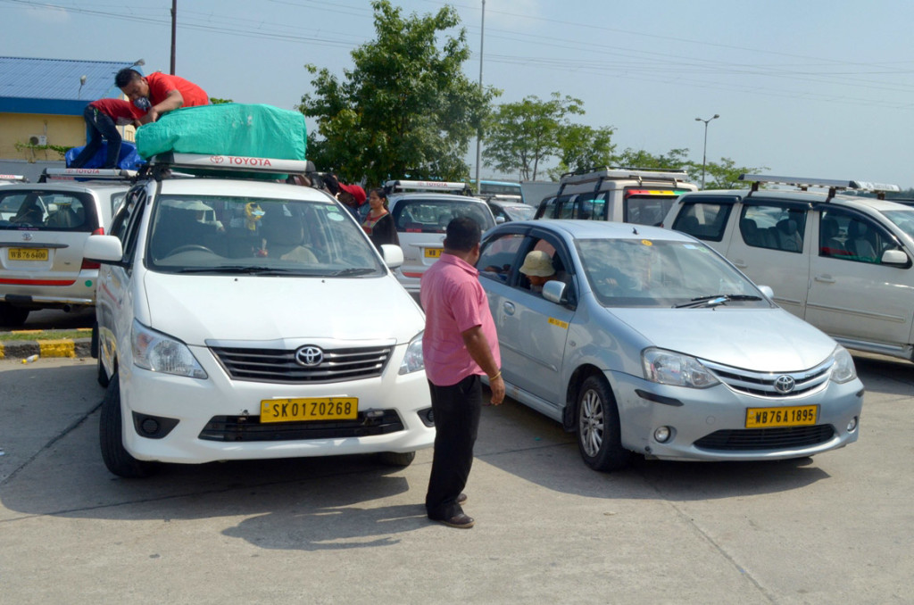 बागडोगरा, सिलिगुड़ी से दार्जिलिंग तक ले जाने के लिये हमारी दोनों टैक्सी !