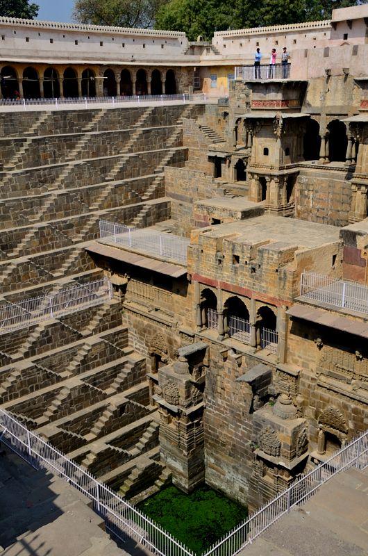 इसका निर्माण नीचे से ऊपर की ओर हुआ होगा या ऊपर से बनाते बनाते नीचे उतरे होंगे?