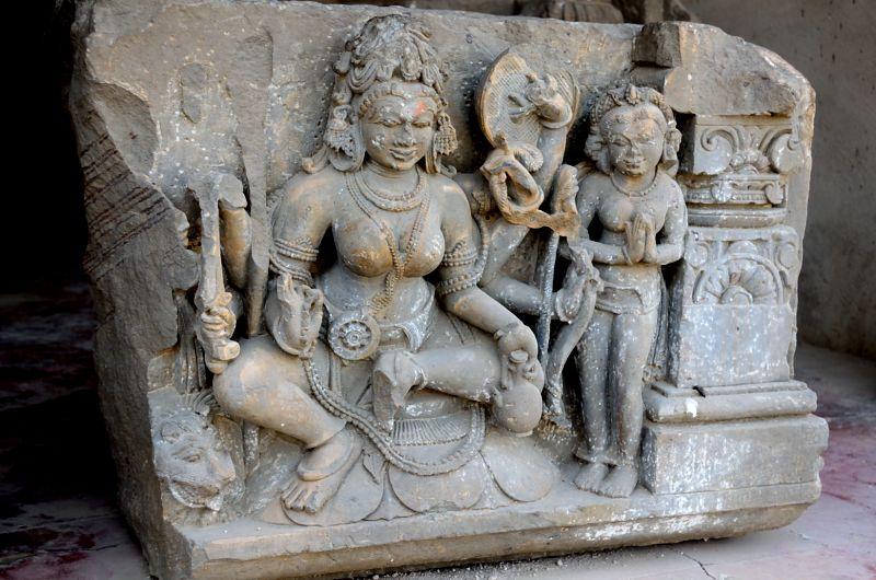 चांद बावड़ी में मौजूद लक्ष्मी का चतुर्भुज स्वरूप ! इस सुन्दर प्रतिमा का कुछ हिस्सा अब गायब है।