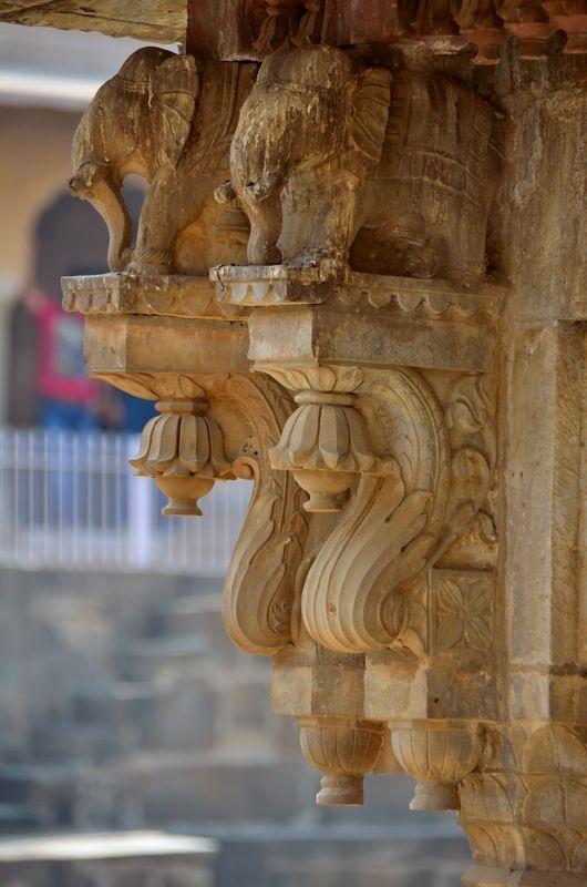 चांद बावड़ी में ऐसे कलात्मक स्तंभों की कोई कमी नहीं है जो 1300 वर्ष पुराने भारत के उच्च वैभव की कहानी कहते हैं !