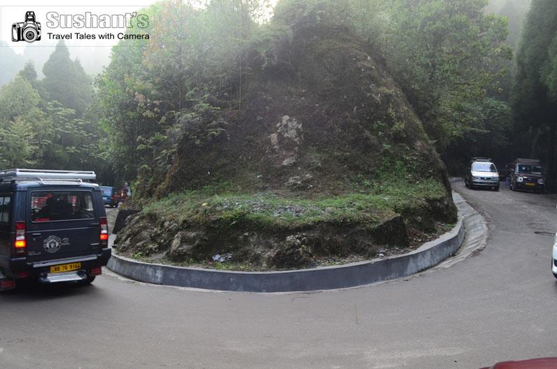 पहाड़ी मार्ग पर खड़े खड़े अपनी टैक्सी की प्रतीक्षा