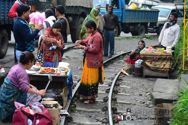 जब रेल लाइन पर कपड़े बेचे जा सकते हैं तो चाट क्यों नहीं? :-)