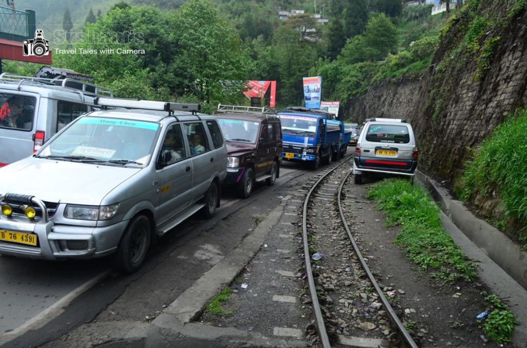 रेल लाइन पर किसका अधिकार पहले है? ट्रेन का या टैक्सियों का?
