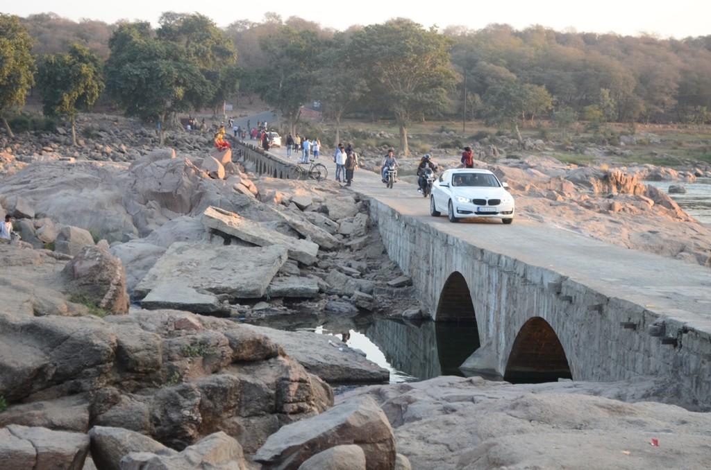 बेतवा नदी पर संकरा पुल जिसमें कोई रेलिंग भी नहीं है।