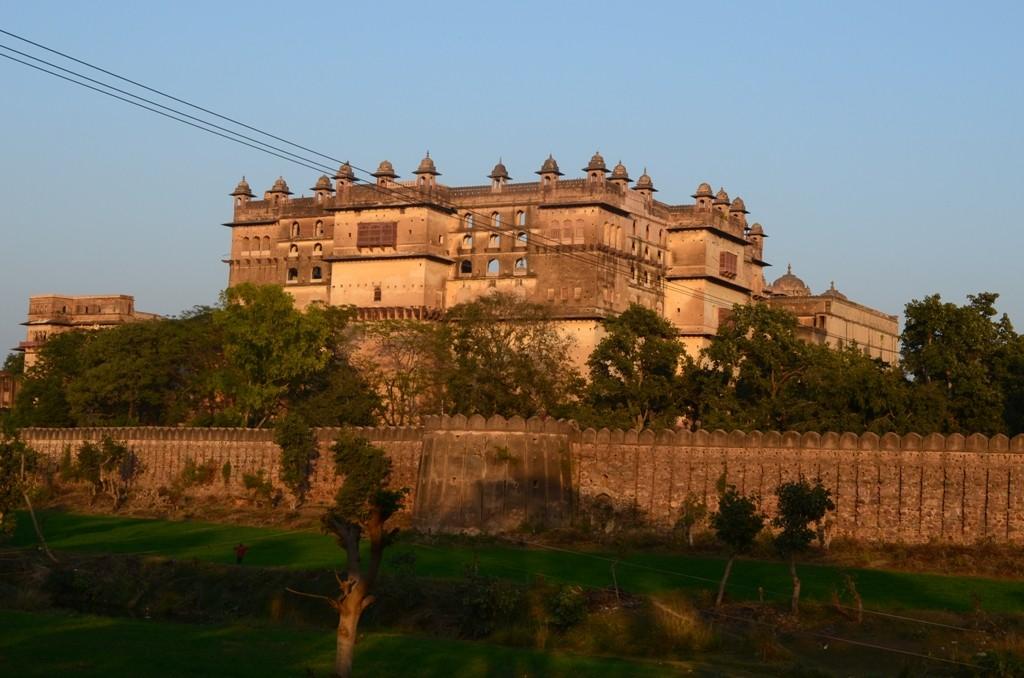 ओरछा किले का विशाल परिसर झांसी - टीकमगढ़ मार्ग से