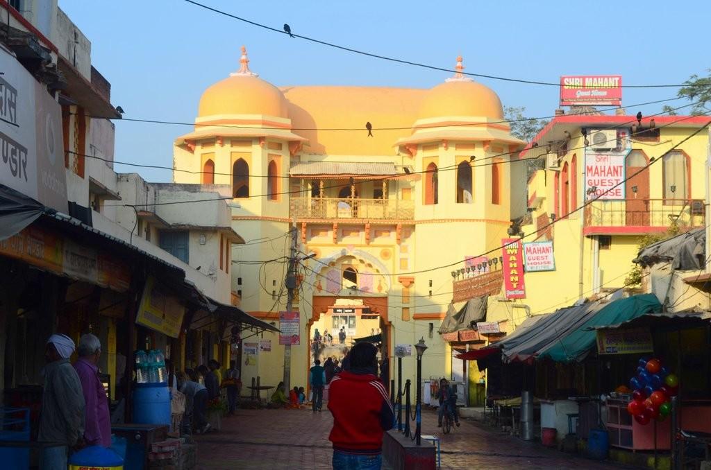 झांसी टीकमगढ़ मार्ग से राजा राम मंदिर का प्रवेश द्वार ऐसे नज़र आता है।