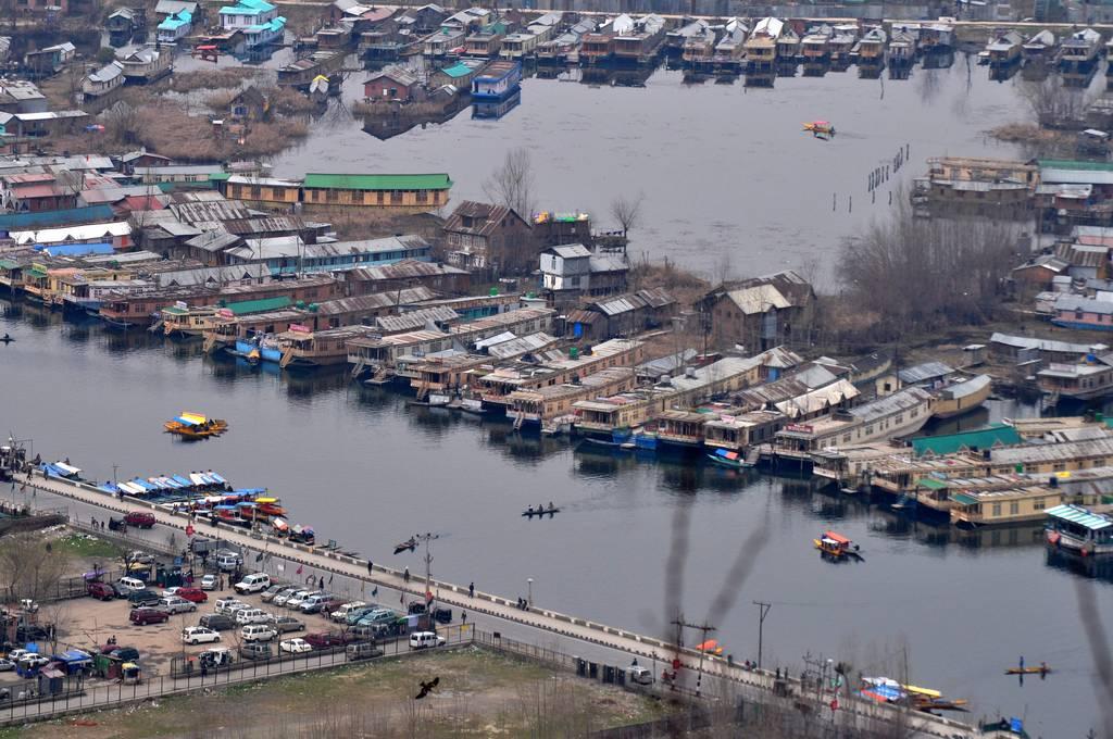 श्रीनगर की डल झील पर निर्भर हाउस बोट और शिकारे
