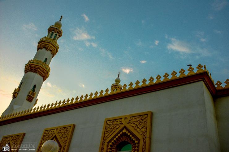 अल मनखूल मस्जिद, बर दुबई जो सिटीमैक्स होटल के सामने है।