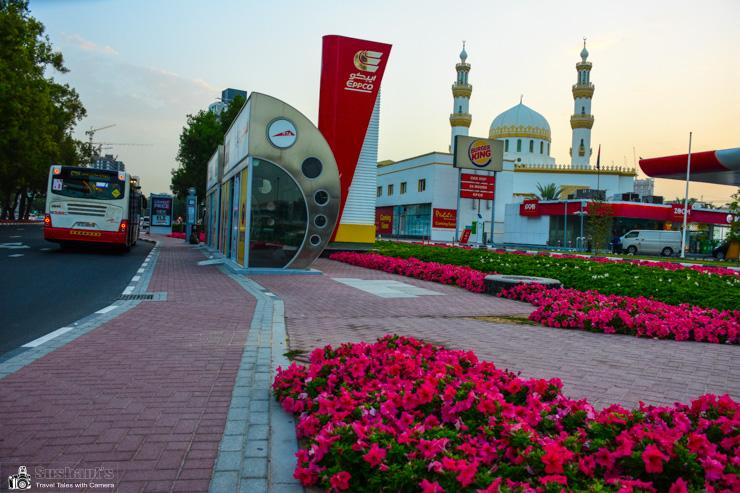 अल मनखूल मस्जिद, फ़्लॉवर बेड युक्त डिवाइडर और एयरकंडीशंड बस स्टॉप