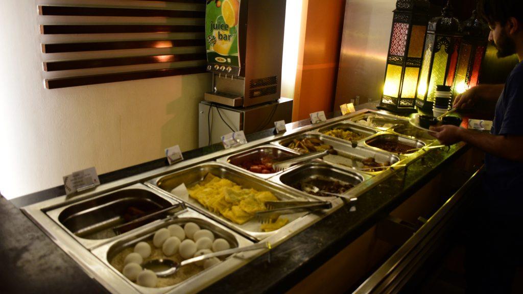 दुबई के सिटीमैक्स होटल में नाश्ता !