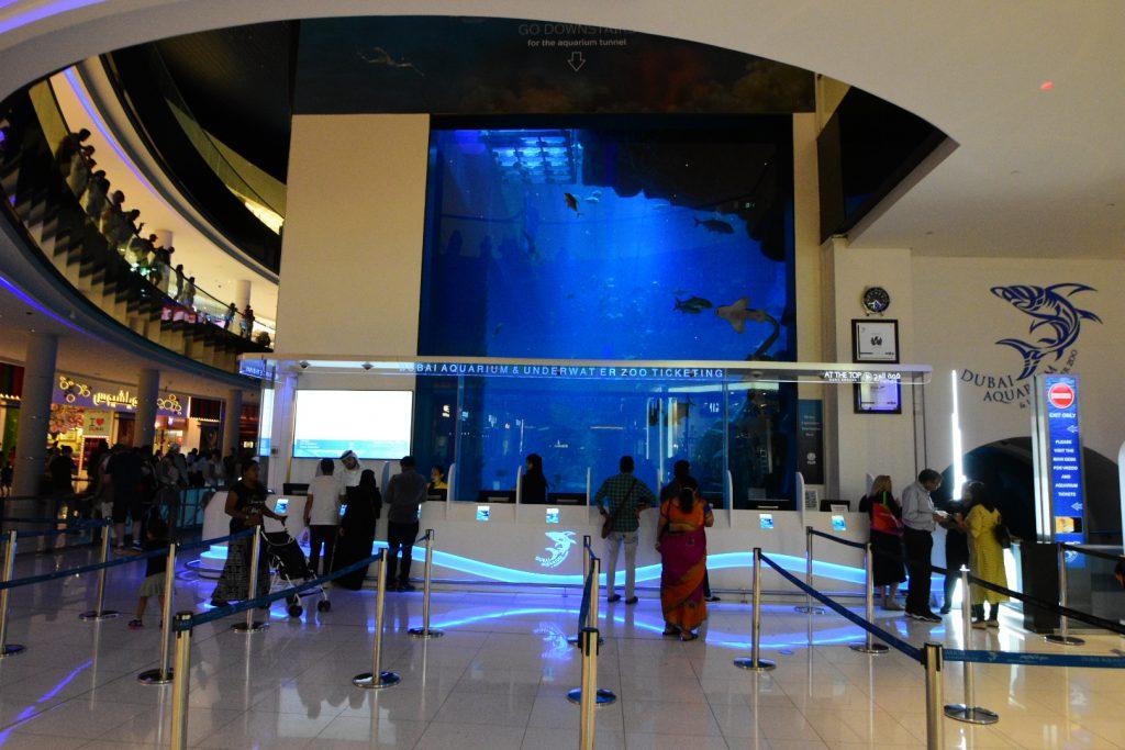 दुबई मॉल के एक्वेरियम ने विश्व कीर्तिमान स्थापित किया है। प्रवेश द्वार।