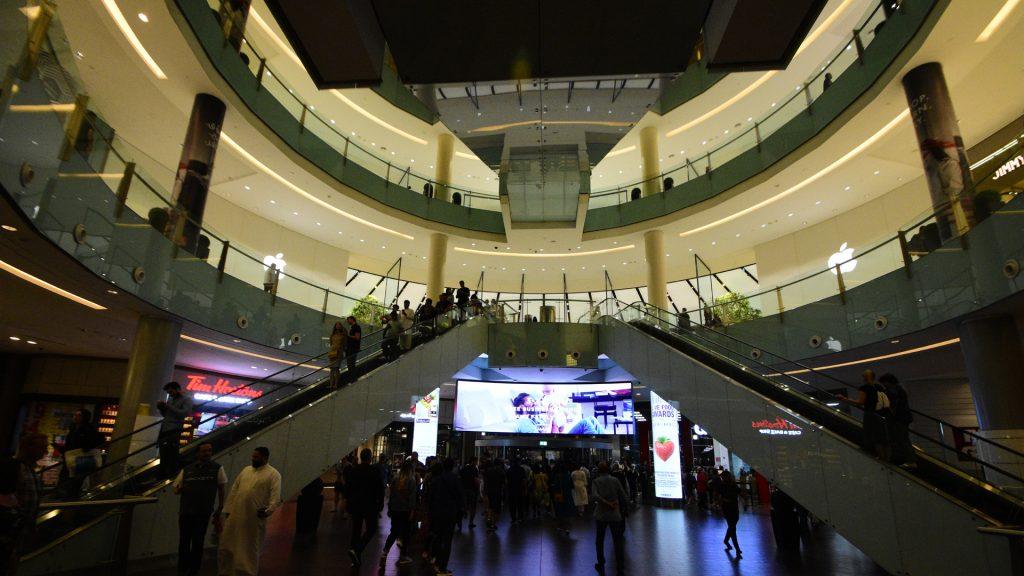दुबई मॉल में प्रवेश हेतु कई सारे द्वार हैं, उनमें से एक ये भी है।