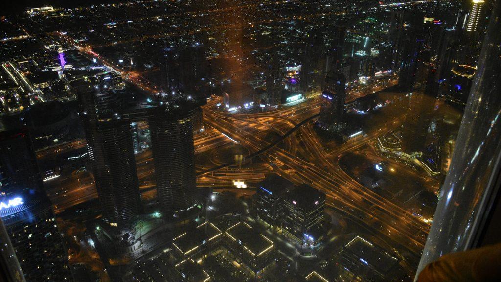 बुर्ज खलीफ़ा से रात्रि में दिखाई दे रही दुबई की जगमगाती हुई सड़कें।