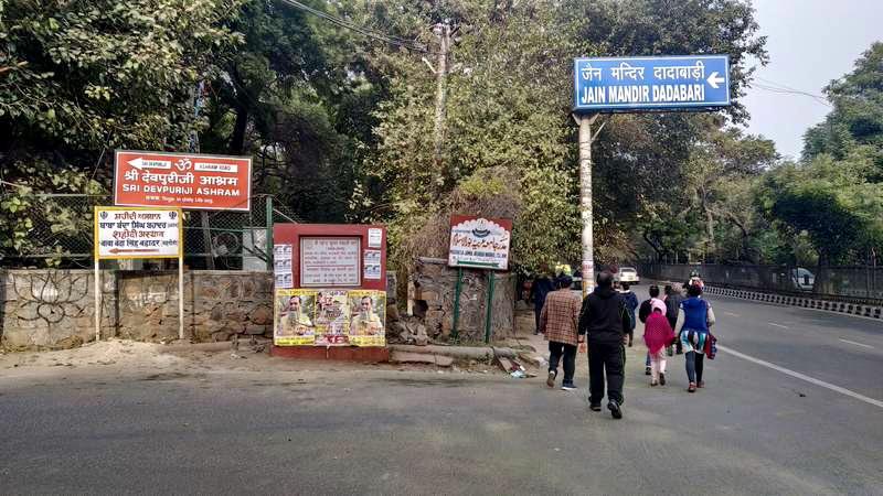 कुतुब मीनार मैट्रो स्टेशन के लगभग सामने ही जैन मन्दिर दादाबाड़ी के लिये सड़क आरंभ होती है।