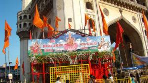 चारमीनार से सटा कर 1960 में बनाया गया श्री भाग्यलक्ष्मी मंदिर जो विवादास्पद है।