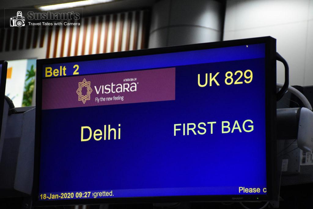 हैदराबाद एयरपोर्ट टर्मिनल पर कन्वेयर बेल्ट पर आ रहे अपने सामान की प्रतीक्षा! हमारी दिल्ली से आने वाली फ़्लाइट का पहला बैग बस आने को है।