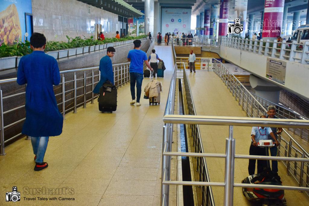 हैदराबाद एयरपोर्ट टर्मिनल : एक्ज़िट गेट यानि निकास द्वार तक जाने के लिये आप अपने बैगेज सहित इस रैंप से उतर कर आसानी से जा सकते हैं।