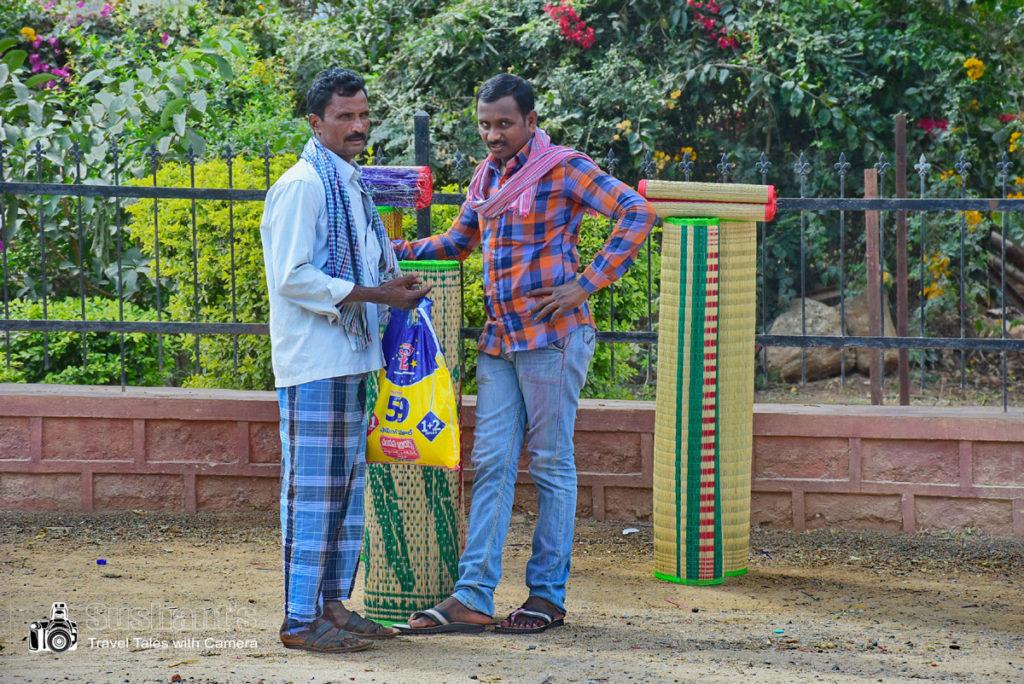 हैदराबाद श्री शैलम हाइवे : वन क्षेत्र में संभवतः कोई ऐसी वनस्पति / घास है जो ये चटाइयां आदि बनाने में उपयोग की जाती है। इस वन क्षेत्र में ऐसे बहुत सारे व्यक्ति चटाइयां बेचते हुए दिखाई दिये ।
