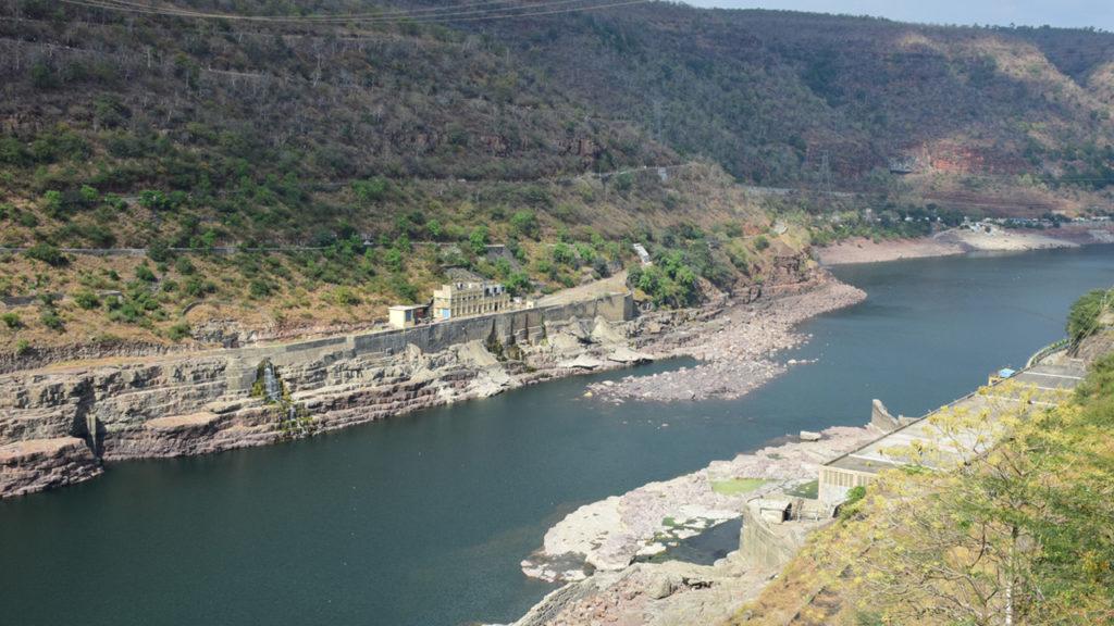 जब बांध के गेट बन्द कर दिये जाते हैं तो बांध के बाद कृष्णा नदी में पानी कम हो जाता है।