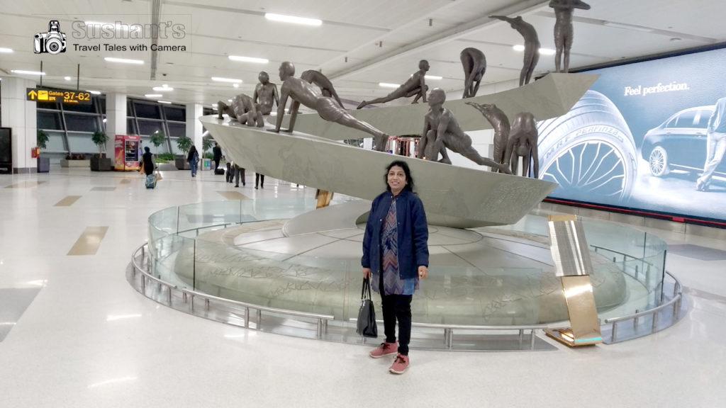 """नई दिल्ली एयर पोर्ट टर्मिनल 3 पर इस बार सूर्य नमस्कार की 10 स्थितियों को दर्शाती हुई यह कलाकृति दिखाई दी तो हमने अपने बच्चों की माता को कहा, """"चलो, एक फोटो खींच कर यात्रा का उद्घाटन कर डालें!"""""""
