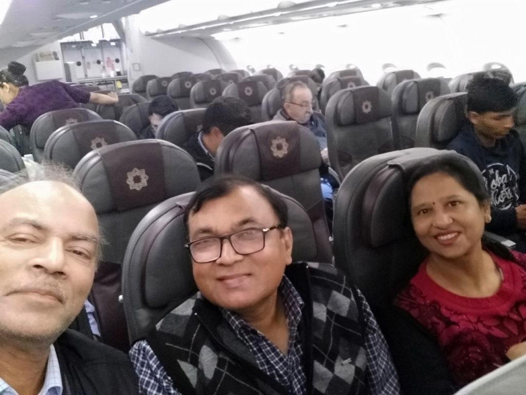 दिल्ली से हैदराबाद हेतु विस्तारा एयरलाइंस में यात्रा का शुभारंभ एक सेल्फ़ी के साथ जिसमें मेरे सहयात्री अग्रवाल परिवार के दोनों सदस्य दिखाई दे रहे हैं। विस्तारा एयरलाइंस में यह हमारी पहली यात्रा थी।