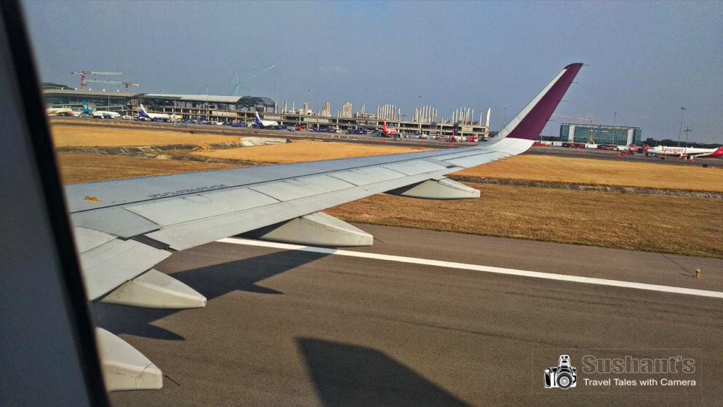 हैदराबाद एयरपोर्ट का रन वे ! हमारा विस्तारा एयरलाइंस का जहाज अब बस रुकने को ही है।
