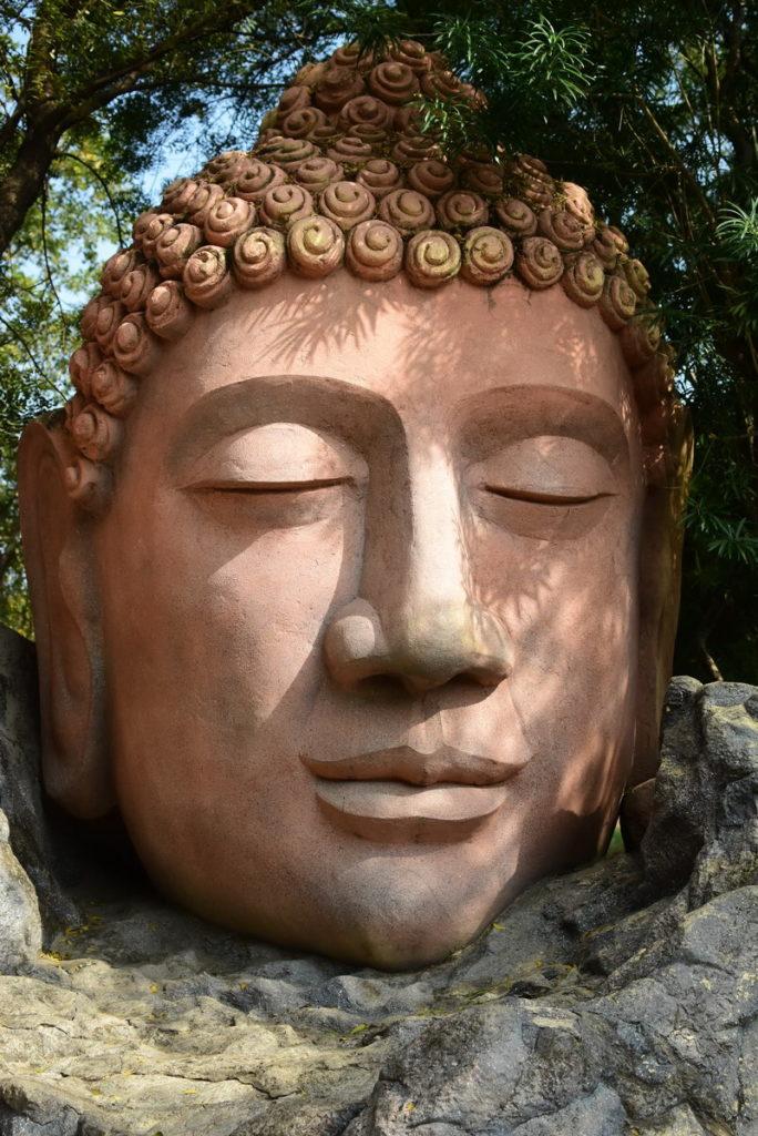 बौद्ध व हिन्दू मूर्ति कला के अद्भुत नमूने यहां उपलब्ध हैं जो शूटिंग में भी उपयोग होते हैं और पर्यटकों के मनोरंजन के लिये भी।