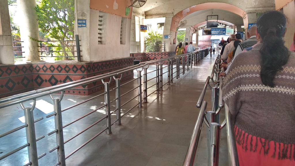 जिन दिन हम शनि शिंगणापुर मंदिर में दर्शन हेतु पहुंचे, वहां अपेक्षाकृत कम भीड़ थी।