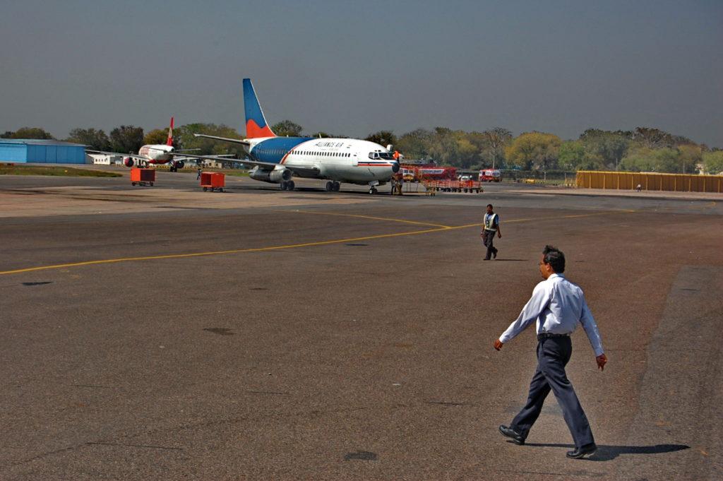 नई दिल्ली एयरपोर्ट के टर्मिनल से एयरलाइंस की बस में अपने हवाई जहाज तक जाते हुए भी मैं चित्र लेता रहा।