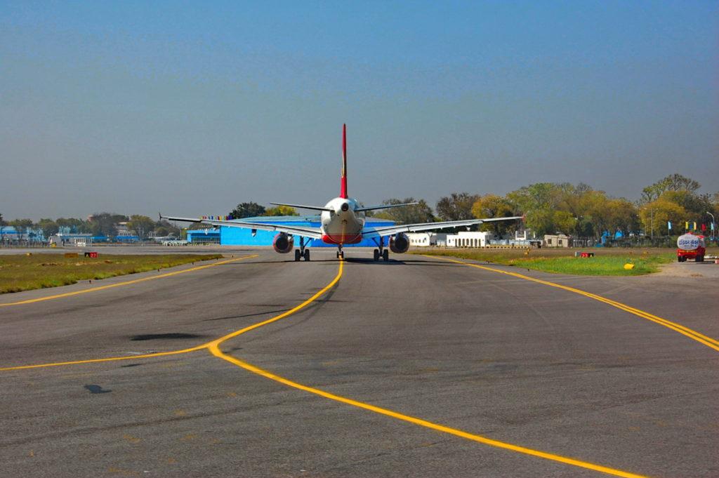 नई दिल्ली एयरपोर्ट : रन वे की ओर जाने के लिये तैयार एक और जहाज !