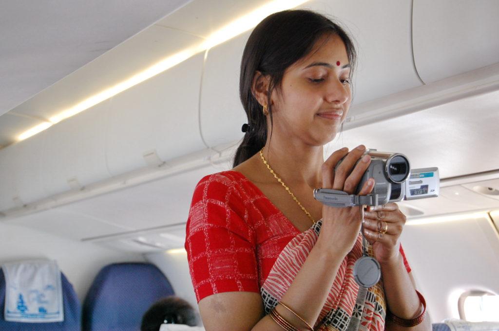 लगता है पहली बार हवाई यात्रा करने वाले हम ही अकेले लोग नहीं थे।   ये महिला भी शूटिंग में लगी हुई थी।