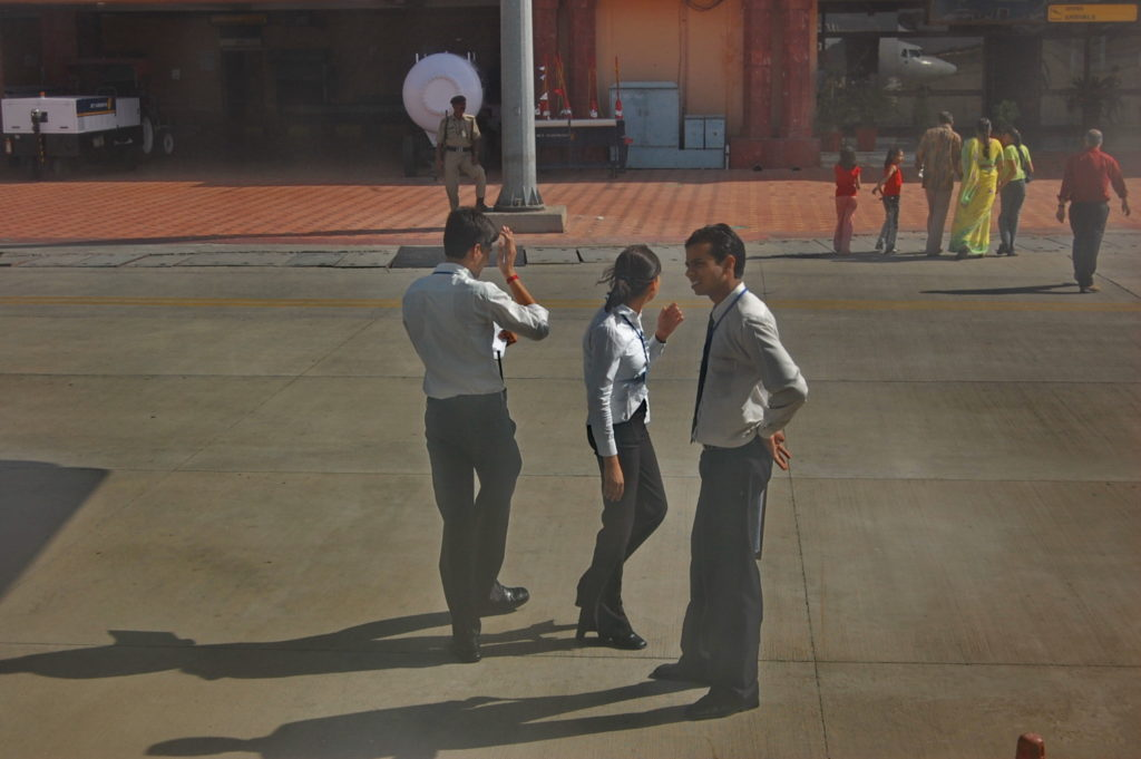 जयपुर एयरपोर्ट पर पन्द्रह मिनट का हाल्ट !  एयरलाइंस के कर्मचारी जहाज के बाहर शायद 'उदयपुर, उदयपुर! आवाज़ लगाते हुए यात्रियों को आमंत्रित कर रहे हैं !  ;-)