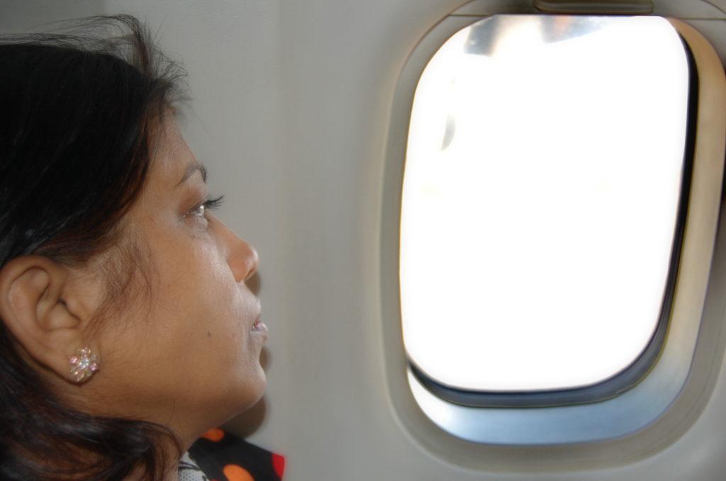 निर्विकार भाव से जहाज उड़ने की प्रतीक्षा में हमारी श्रीमती जी !