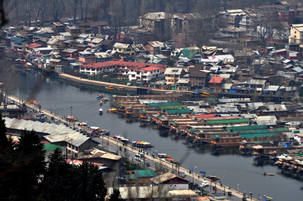 श्रीनगर काश्मीर :  शंकराचार्य पर्वत की ओर जाते हुए डल झील का दृश्य !