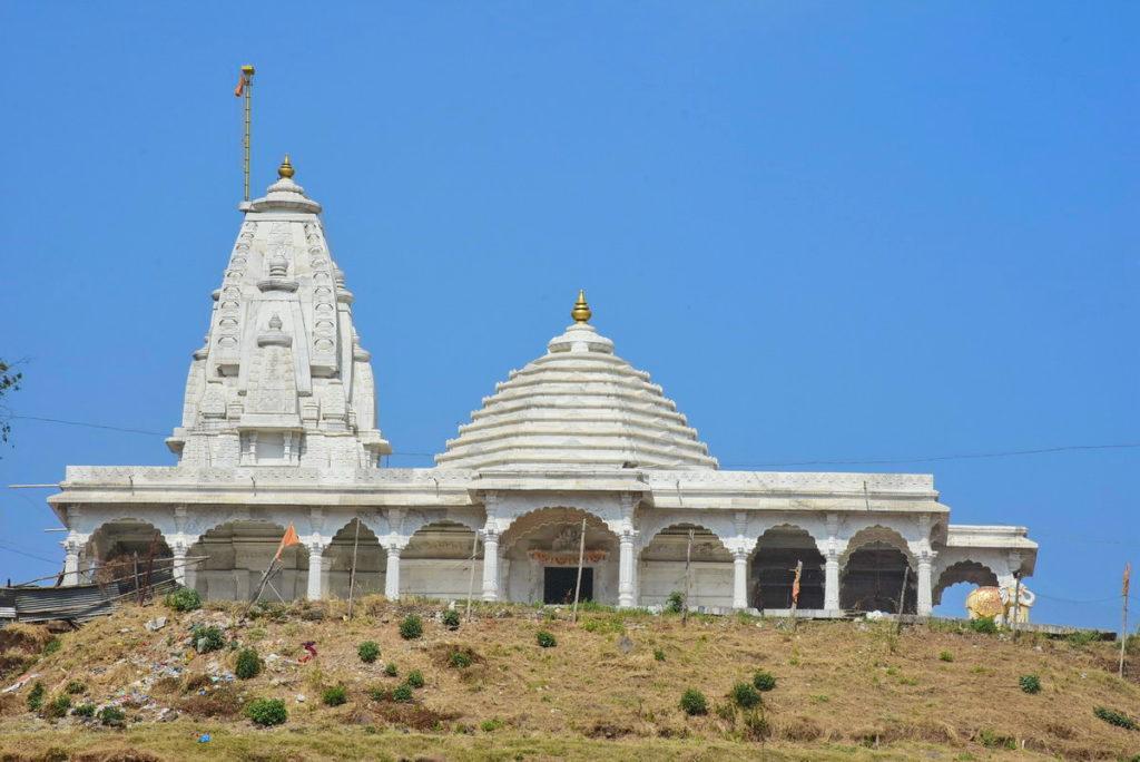 पहाड़ी पर दिखाई दे रहे मंदिर का क्लोज़ अप (त्रिंबक तहसील)