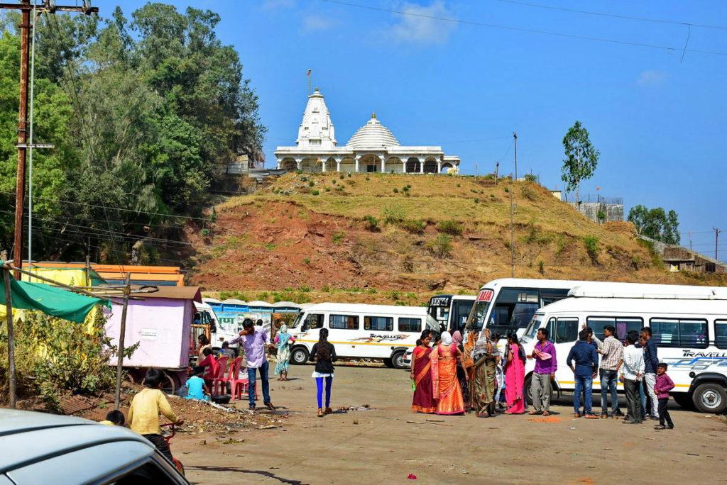 त्र्यंबकेश्वर मंदिर की विपरीत दिशा में पहाड़ी पर एक और मंदिर तथा कुछ छोटे - छोटे मंदिर नज़र आ रहे थे।