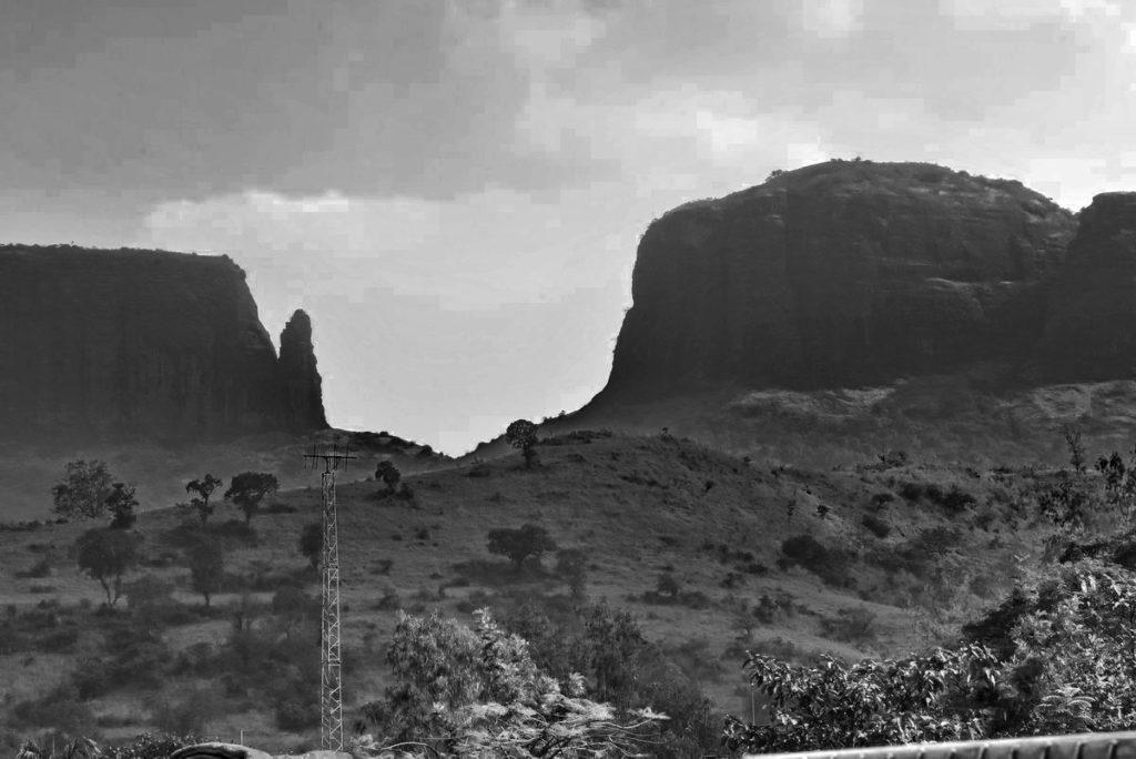 त्र्यंबकेश्वर मंदिर पार्किंग से दिखाई देते ये पर्वत मंदिर के पीछे ही हैं।