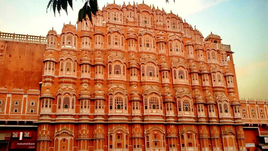 भगवान श्रीकृष्ण के मुकुट के आकार की 15 मीटर ऊंची दीवार हवा महल की पृष्ठ दीवार है जो सड़क से दिखाई देती है।