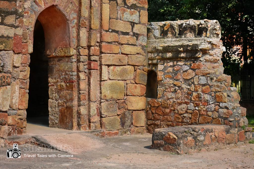 गुमटी के दायीं ओर एक खंडहर नुमा दीवार और भी है जो संभवतः ऊपर जाने के लिये जीने का हिस्सा रही होगी।