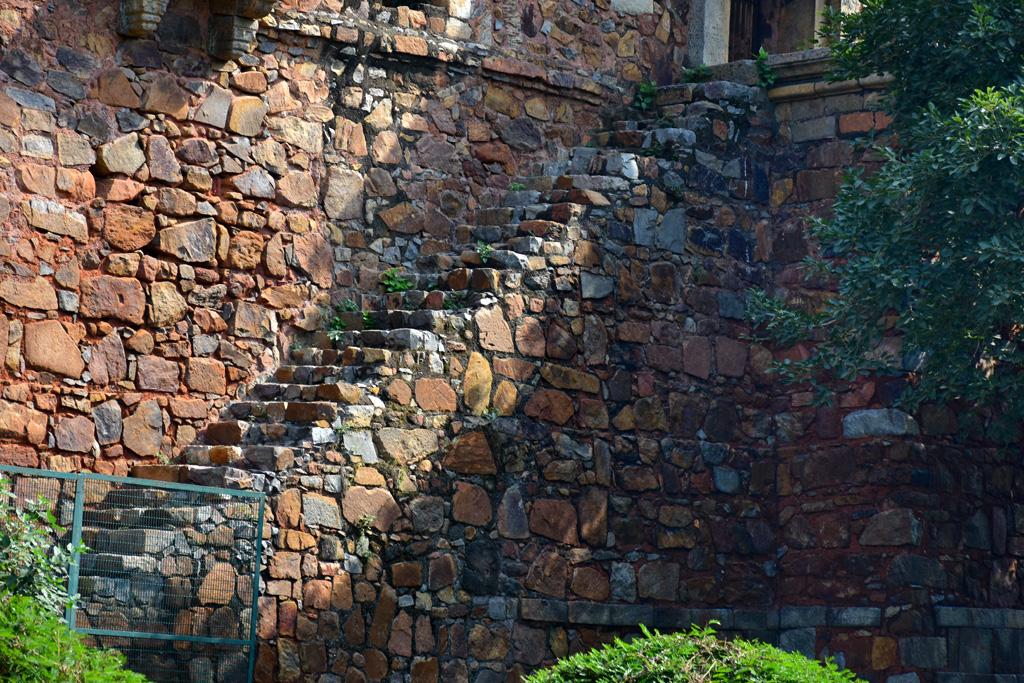 लेक से मदरसे / मस्जिद तक जाने वाली सीढ़ियां बन्द कर दी गयी हैं।