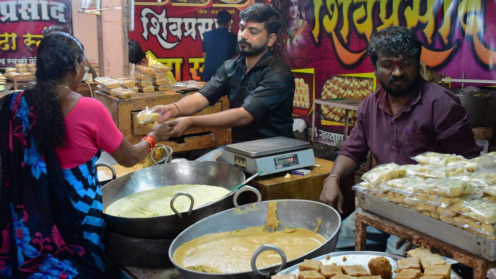 भीमाशंकर मंदिर की सीढ़ियों के साथ - साथ मिल्क केक व स्वीटकॉर्न की दुकाने हैं !