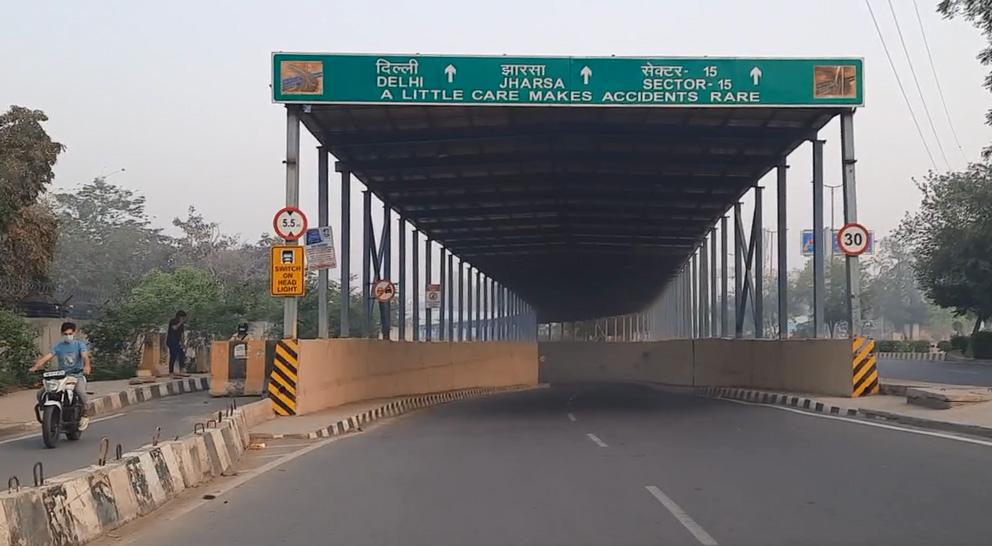 जयपुर - दिल्ली हाईवे की ओर!   दिल्ली जाना है तो मुझे इस सब-वे से होते हुए दिल्ली जाने वाली लेन पकड़नी होगी!